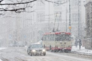 Visoje Lietuvoje sninga, keliai – slidūs