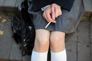 Policija gaudė prie mokyklų rūkančius moksleivius