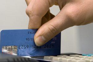 Vagys pasinaudo piniginėje rastu banko kortelės kodu