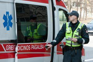 Girtas vyras policininką sužalojo rašikliu