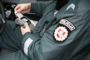 Policininkas įkliuvo: vairavo neblaivus