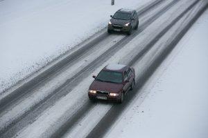 Įspėja vairuotojus: vietomis keliai – slidūs