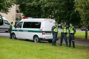 Vilniuje prie daugiabučio rasta negyva moteris
