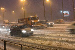 Įspėja apie sudėtingas eismo sąlygas naktį: ims snigti, kils pūga