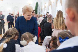 Prezidentei papuošti Kalėdų eglę padėjo užsienio lietuvių vaikai