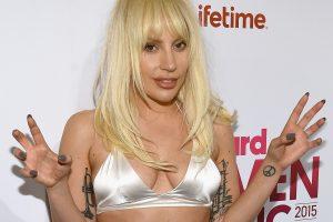 """Lady Gagai """"Metų moters"""" apdovanojimą įteikė mama"""