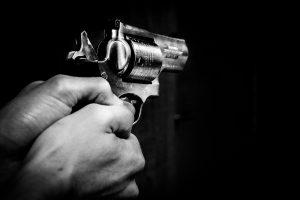 Girtas viešbučio svečias išsitraukė ginklą