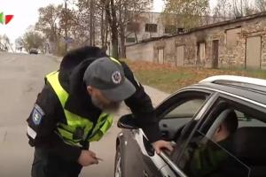 Nustebę ir pareigūnai: į kapines aibė vairuotojų važiavo girti