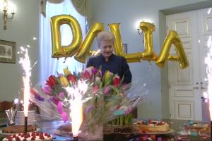 Gimtadienį švenčiančią prezidentę komanda nustebino naminiais tortais
