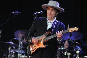 Nobelio literatūros premiją gavęs B. Dylanas nereaguoja į žinią