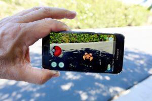 Nauja manija – išmaniaisiais telefonais gaudyti pokemonus