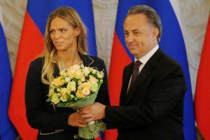 Iš dopingo skandalo išplaukusiai J. Jefimovai – ordinas, milijonai ir BMW