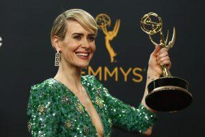 """""""Emmy"""" raudonasis kilimas: stiliaus perlai ir nelaimės"""