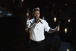 """Laimingas """"Maroon 5"""" lyderis A. Levine'as pildo visus nėščios žmonos norus"""