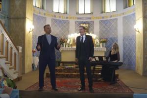 Netikėtumas bažnyčioje: kunigas uždainavo su solistu L. Mikalausku