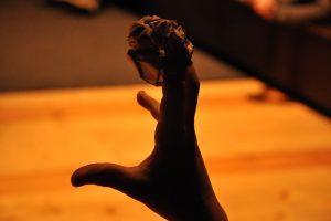 Klaipėdoje – neįprastas spektaklis: lėlės vaidins medžiuose