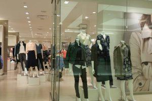 Pasiūla drabužių parduotuvėse veja į siuvimo salonus