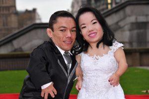 Mažiausia pasaulio jaunavedžių pora džiaugiasi Gineso rekordu