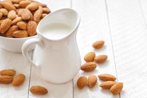 Populiarėjantis augalinis pienas – vertingas pakaitalas (receptai)