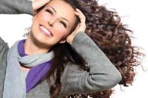 Kaip pavasarį sutikti stipresniais ir sveikesniais plaukais?