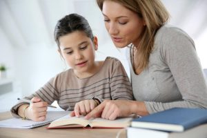 Psichologė įspėja: namų darbai skiriami ne tėvams