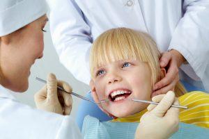Vaikų dantų gydymas: kaip išvengti skausmo ir streso?
