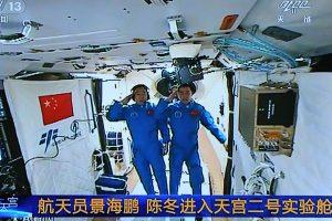 Kapsulė su dviem Kinijos astronautais sugrįžo į Žemę