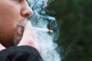 Suomijos rūkalius visiškai speičia į kampą