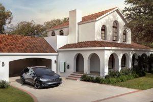 """""""Tesla"""" įrengė saulės elementų stogus su amžina garantija"""
