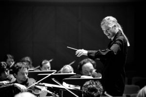 Dirigentė K. L. Wilson: žiūrovas jaučia, kai nėra ryšio tarp dirigento ir orkestro