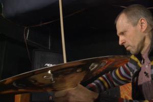 Perkusininkas G. Gascevičius kuria muziką lėkštėmis ir dubenimis