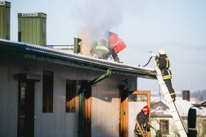 Gaisras Šančiuose: apie nelaimę pranešė iš kamino virstantys juodi dūmai