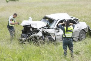 """Po avarijos girtas vairuotojas """"Opel"""" paliko šalikelėje"""