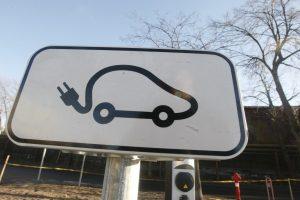 Nemokamam elektromobilių stovėjimui – valstybiniai numeriai