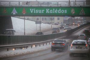 Rajoniniai keliai Lietuvoje išlieka slidūs