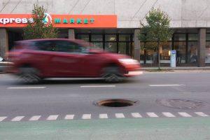 Viduryje judrios gatvės – atviras kanalizacijos šulinys