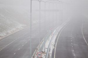 Kai kuriose šalies vietose eismą sunkina rūkas