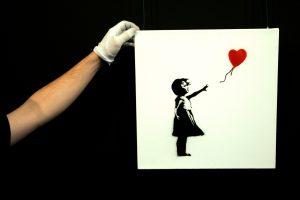 Susmulkintas grafitininko Banksy paveikslas dabar brangesnis nei iš pradžių