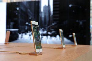"""""""Apple"""" kuria pigesnę """"iPhone X"""" versiją"""