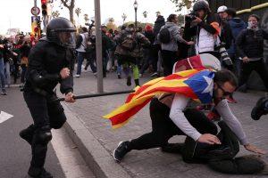 Katalonijoje per protestus sužeista daugiau nei 50 demonstrantų ir policininkų
