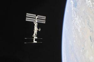 """Rusų kosmonautai TKS paėmė mėginių aplink mįslingą skylutę erdvėlaivyje """"Sojuz"""""""