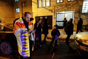 Irane kilus panikai per žemės drebėjimą sužeista beveik 100 žmonių, mirė nėščioji