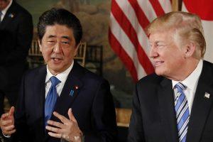 """D. Trumpas ir Sh. Abe: Šiaurės Korėjai """"privalu"""" likviduoti savo branduolinį arsenalą"""