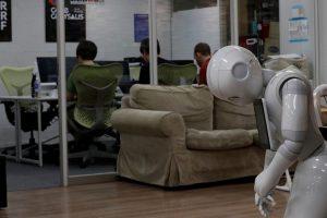 Japonijoje kuriami robotai transportuoja žmones ir renka uogas