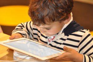 Tyrimas: internete su nepažįstamais bendrauja kas dešimtas vaikas