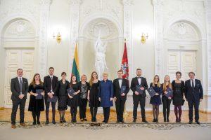 Prezidentė padėkos raštais apdovanojo konkursuose įvertintus muzikus