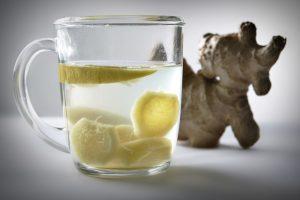Paaiškino, kodėl geriantys karštą arbatą su citrina daro klaidą