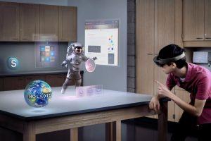 """Holografinis kompiuteris """"Microsoft HoloLens"""" atkeliavo į Lietuvą"""
