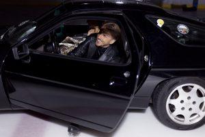 P. Vanagas priėmė iššūkį ant ledo: avėdamas pačiūžas vairavo retą automobilį