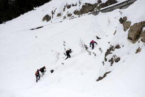 Sniegas Prancūzijos Alpėse įkalino tūkstančius slidininkų, yra žuvusių